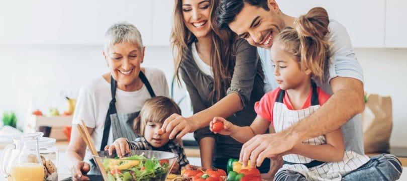 parents grand parents et enfants cuisinent ensemble