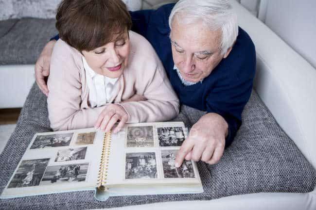 couple en train de regarder des photos