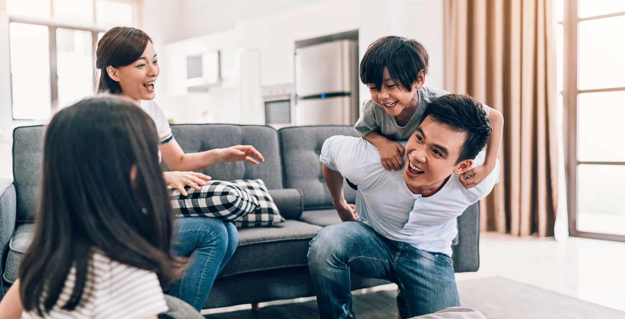 un père de famille qui porte son petit garçon sur son dos
