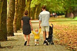 couple qui se ballade avec leur bébé