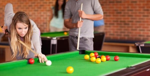 femme qui se prépare au jouer au billard
