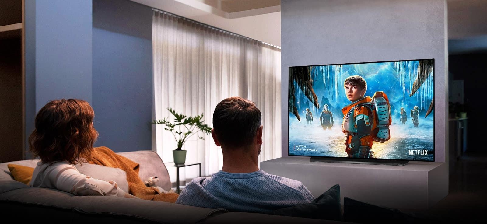 un couple visionnant un film