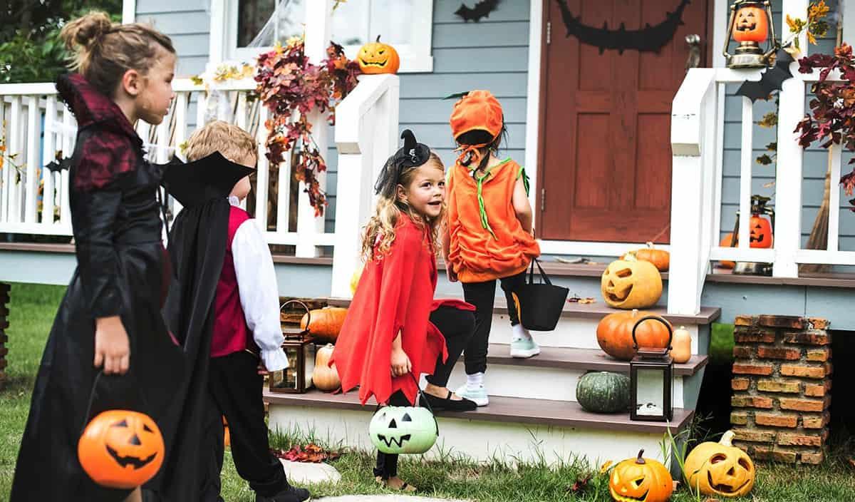 4 enfants déguisés pour Halloween