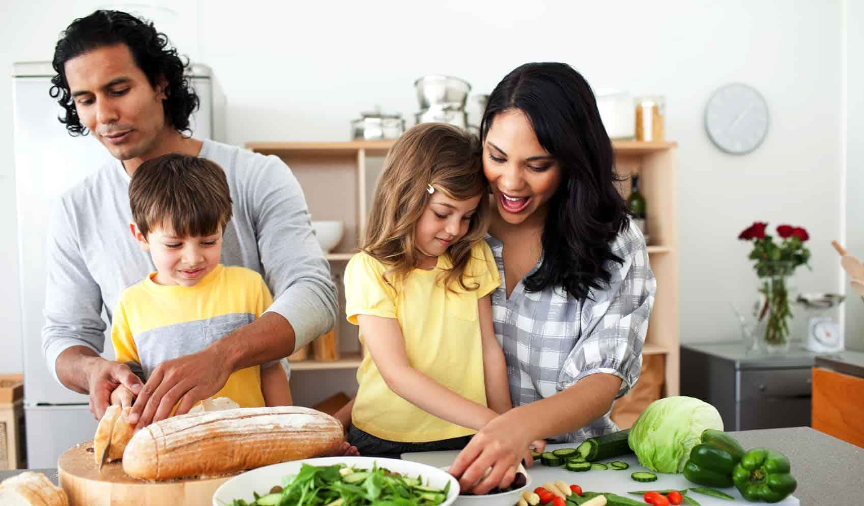 préparation du petit déjeûner en famille