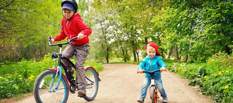 enfants qui font du vélo