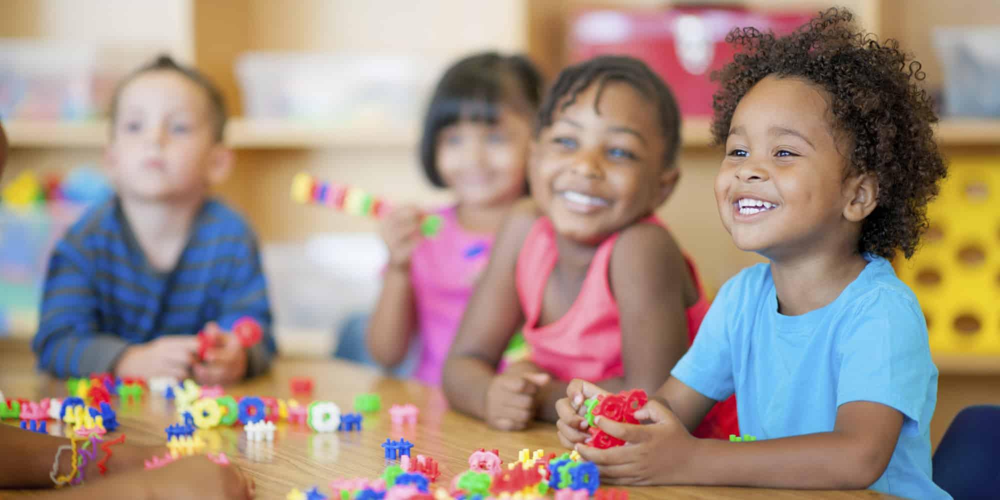 groupe d'enfants plein de sourires