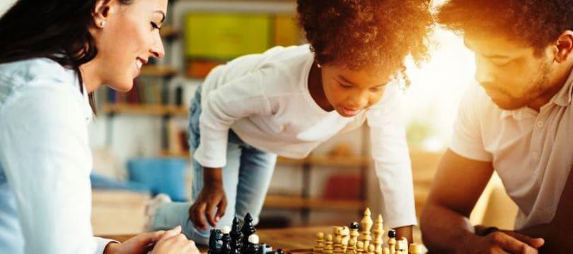 une famille en train de jouer aux échecs