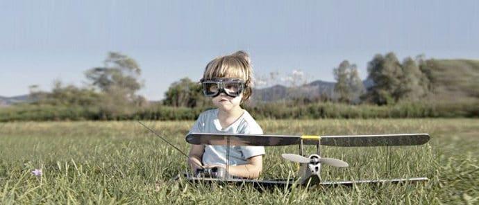 enfant qui joue avec un avion télécommandé