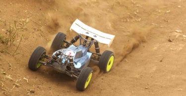 voiture téléguidée roulant dans le sable