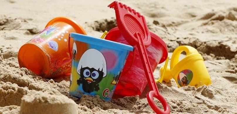 seau rateau et divers jouets enfants