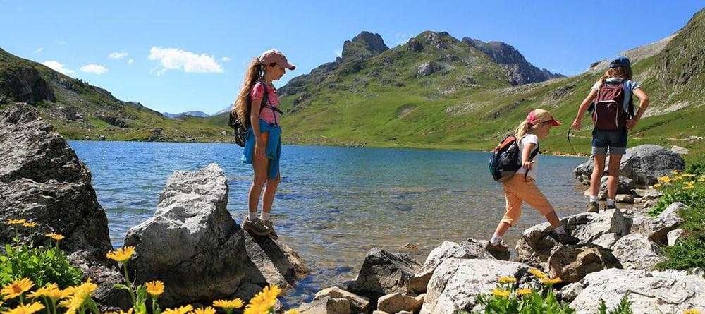 enfants qui se promènent près d'un lac