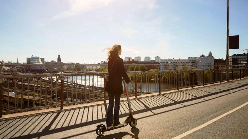 balade sur le pont en trottinette électronique