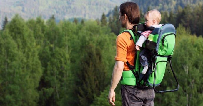 randonnée d'un père avec son bébé