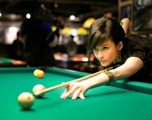 femme sur le point de frapper une boule