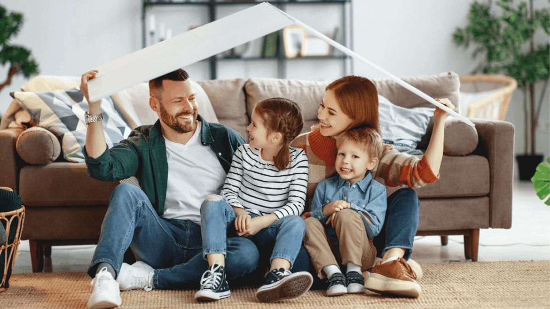 parents préparant une cabane avec leurs enfants