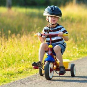 un petit garçon en train de faire du vélo
