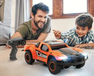 papa et son fils jouant à la voiture télécommandée