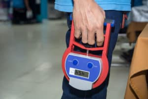 persone avec dynamomètre à la main