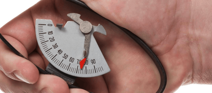 persone avec dynamomètre analogique
