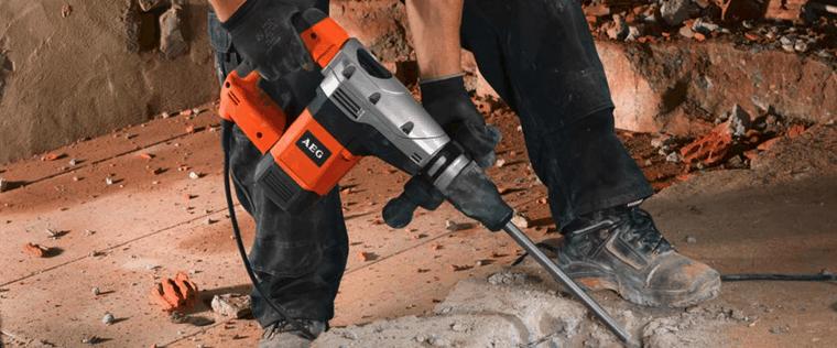 homme utilisant un marteau piqueur