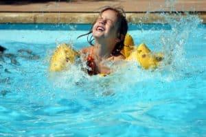 enfant dans une piscine
