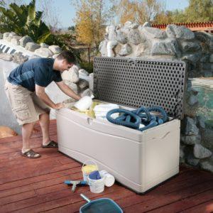 homme utilisant une boîte de rangement extérieur