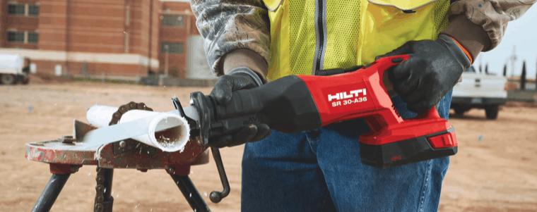 homme en utilisant une scie sabre