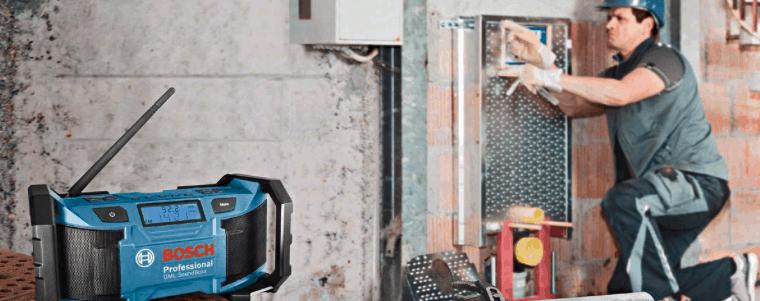 homme avec une radio de chantier