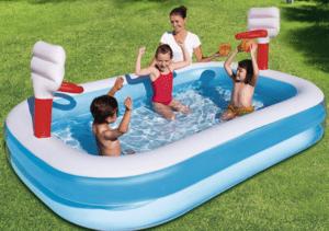 enfants jouent dans une piscine gonflable