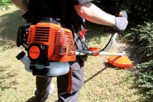 moteur d'une débroussailleuse à essence