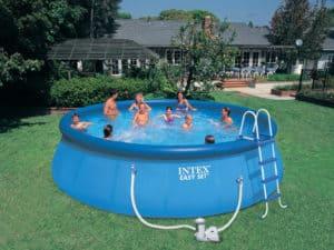 gens dans piscine autoportée