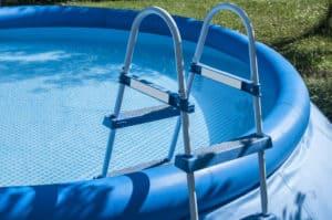 escalier d'une piscine autoportée