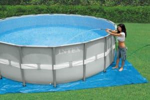 femme remplit une piscine autoportée