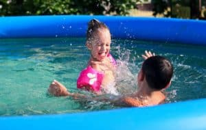 deux enfants dans une piscine gonflable